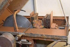 Die Schneidemaschine hat Manfred Doberer aus einem alten Waschmaschinengestell gebaut. Der Stein wird in die Holzblöcke eingespannt und mit der Diamantsäge durchgeschliffen.                    Fotos: am
