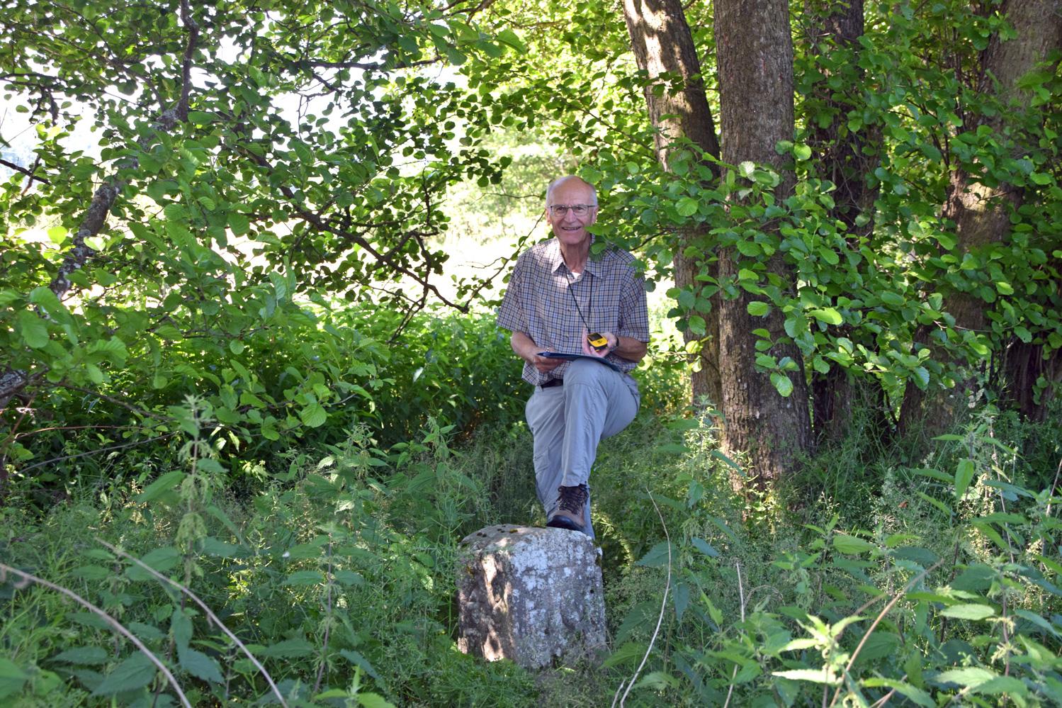 Im Jahr 1804 wurde dieser Grenzstein am Ufer des Steinbachs bei Neureuth gesetzt. Karlheinz Seyerlein hat ihn wieder entdeckt und die Geschichte von 100 Grenzsteinen erlebbar gemacht.