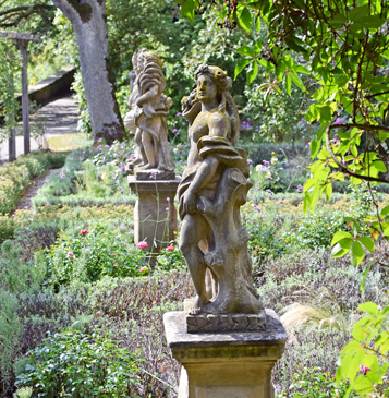Steinerne Statuen im Burggarten. Foto: am