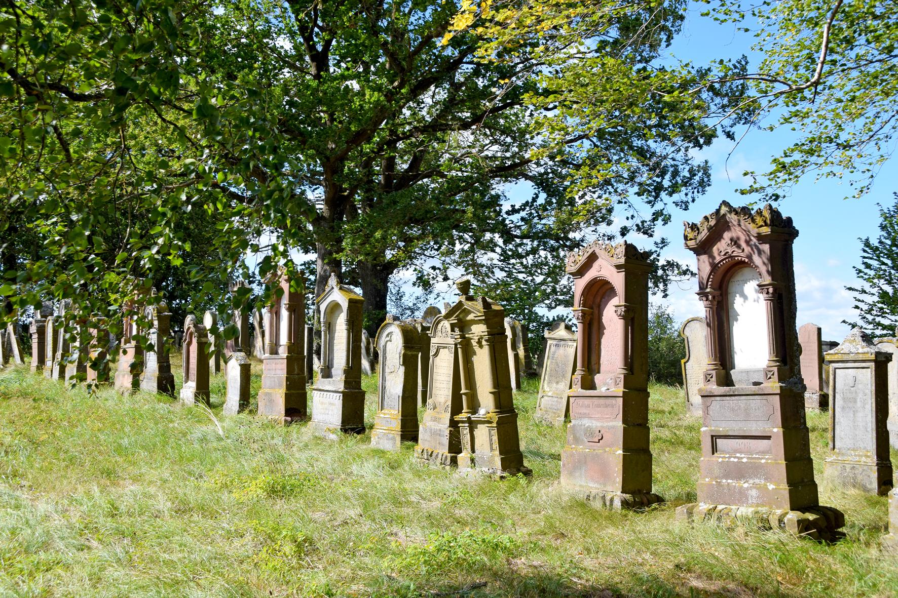 Schief und verwittert stehen die alten Zeitzeugen jüdischer Vergangenheit auf dem Michelbacher Friedhof. Foto: ul