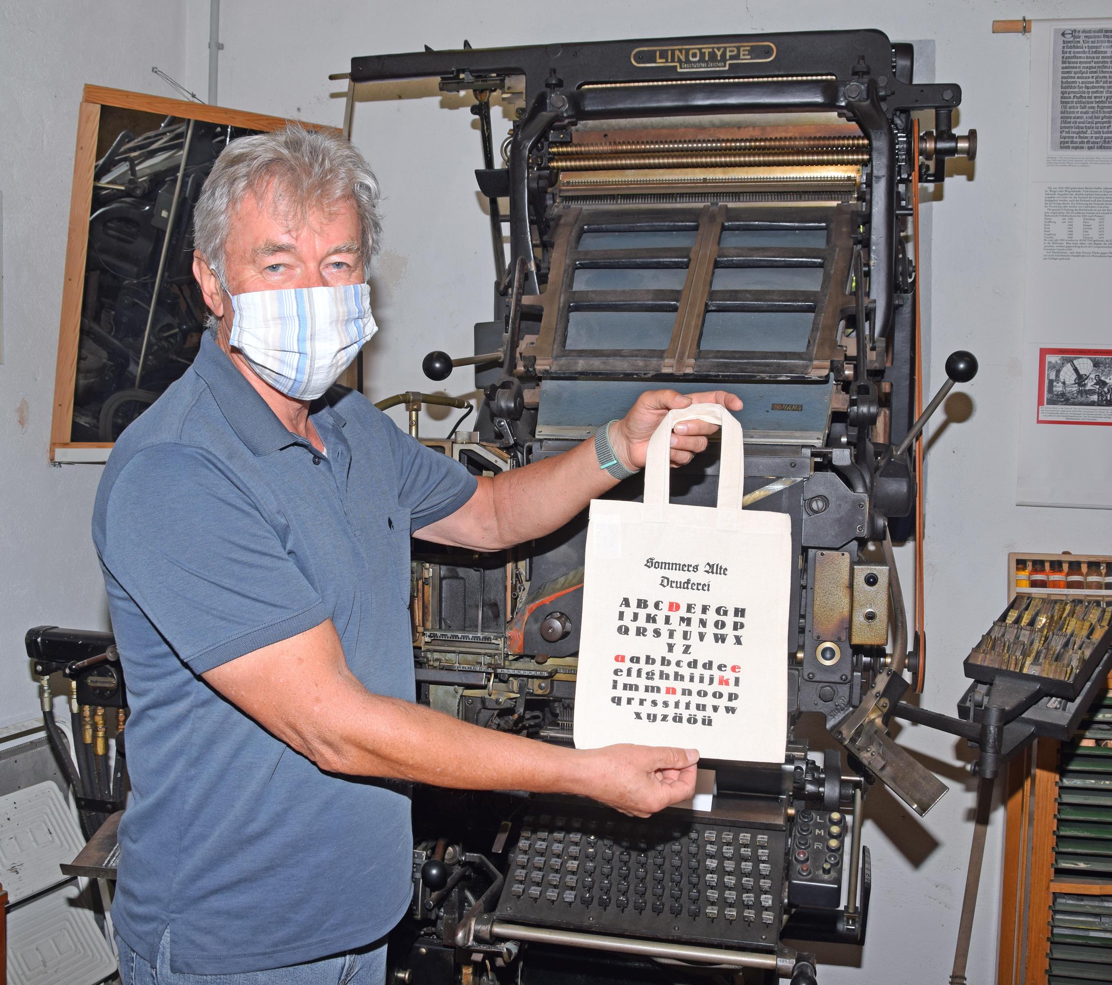 Reiner Haimerl nutzt die Linotype Setzmaschine (Erfindung von Ottmar Mergenthaler aus Bad Mergentheim im Jahr 1886) heute noch zur praktischen Veranschaulichung alter Druckkunst. Fotos: ul