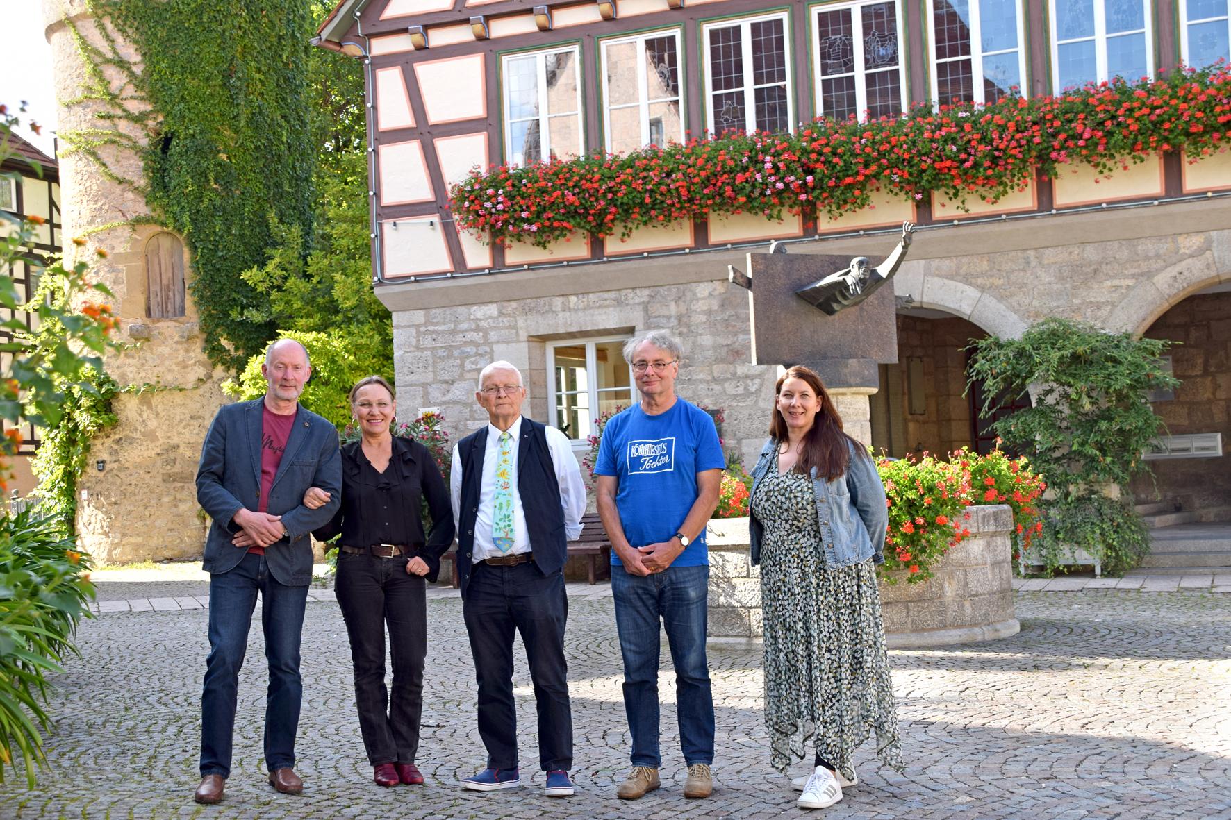 Die neuen Gottlob-Haag-Ringträger Peter und Maria Warkentin (links) neben ihren Vorgängern Thilo Pohle und Norbert Bach. Sandra Neckermann (rechts) vom Kulturamt Niederstetten organisiert die Veranstaltung zur Übergabe. Foto: am