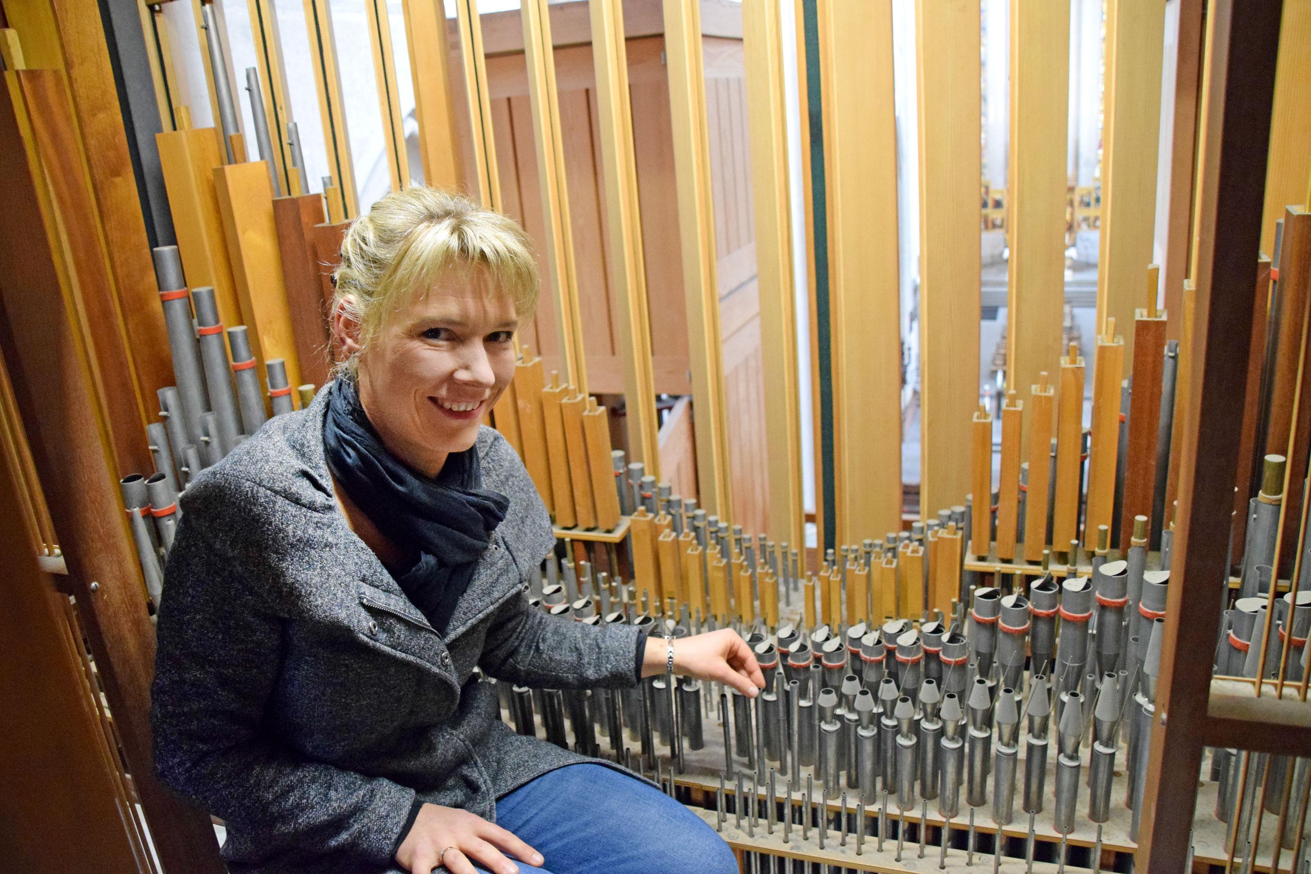 Kantorin Jasmin Neubauer im Inneren der Rieger-Orgel. Der Staub von 52 Jahren hat sich hier gesammelt. Nun wird die Orgel generalüberholt und deshalb weitgehend abgebaut.  Foto: am