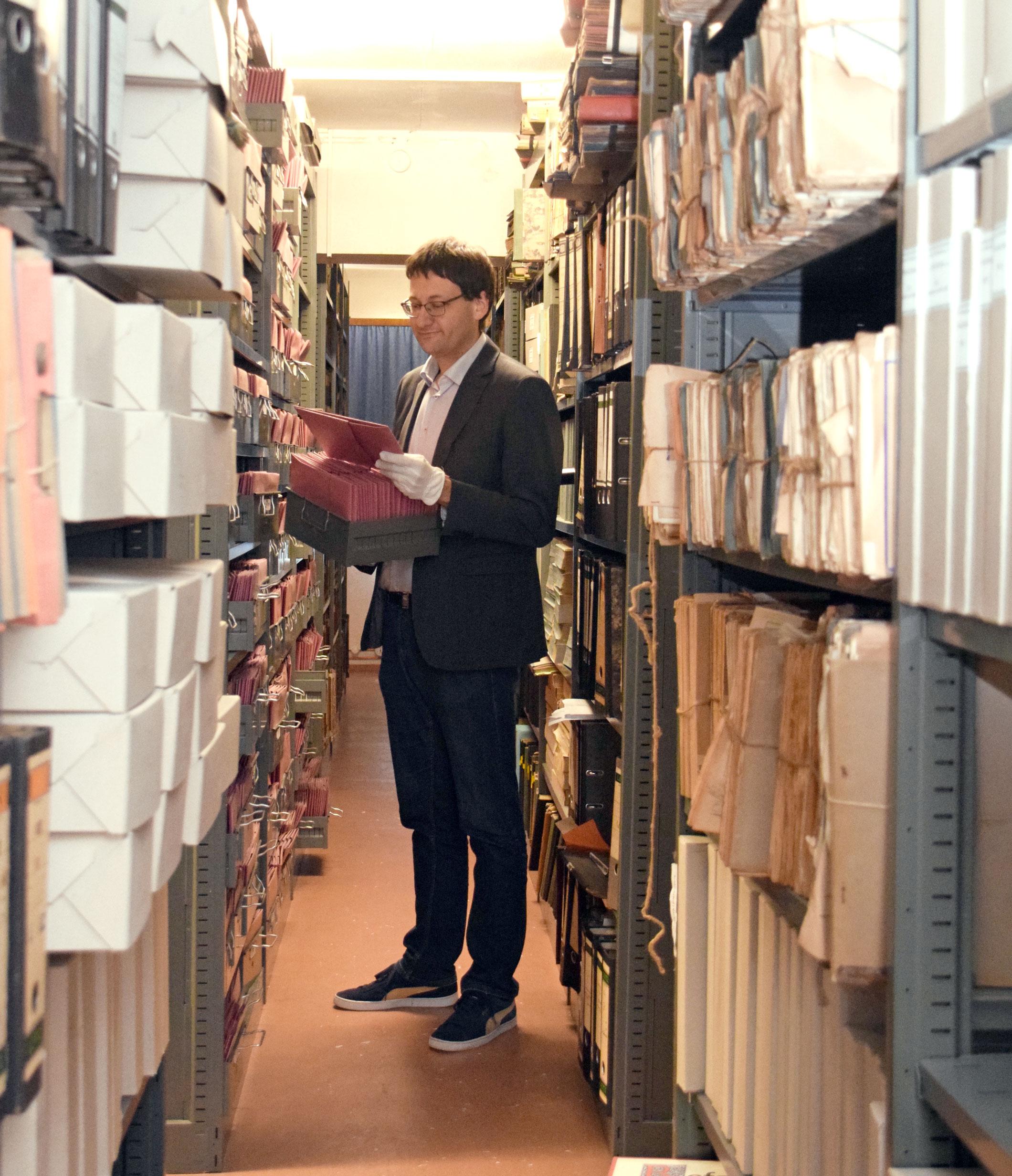 Stadtarchivar Dr. Florian Huggenberger im Magazin: In den Papierumschlägen befinden sich historische Urkunden.  Fotos: am