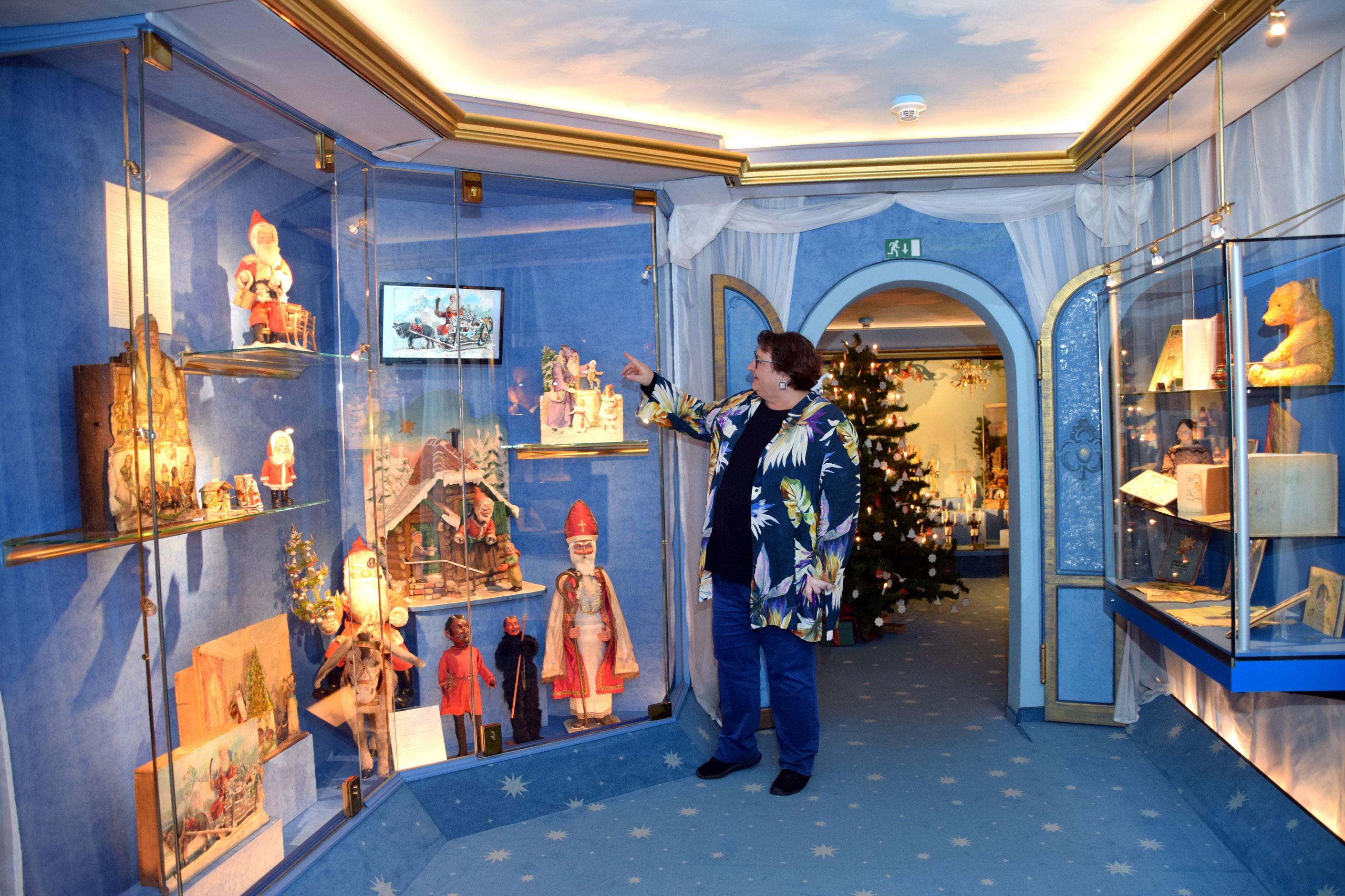 Museumsleiterin Felicitas Höptner mit den mechanischen Weihnachtsdarstellungen, einer Besonderheit des Museums. Foto: am