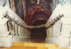Der Eingang zur Engelsquelle: Ein Gewölbekeller füllt sich seit Jahrzehnten mit Quellwasser.