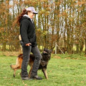 Regine Winter mit ihrem belgischen Schäferhund.