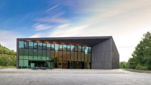 Das architektonisch interessante Konzerthaus wurde von den Münchner Architekten Henn geplant.  Foto: Hauk