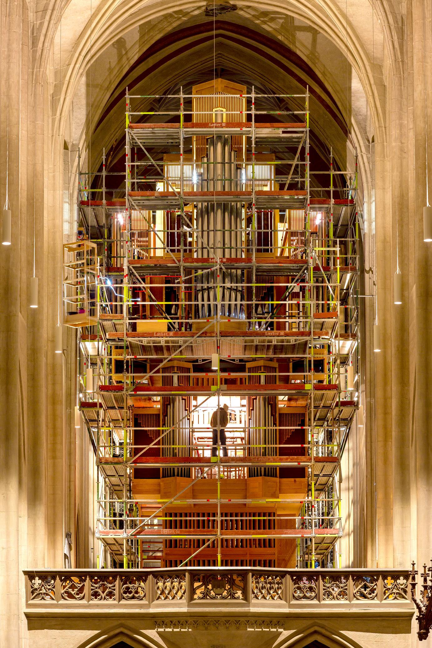Die Rieger-Orgel wird in ihre Einzelteile zerlegt. Ein Gerüst macht die verschiedenen Ebenen zugänglich. Foto: Pfitzinger
