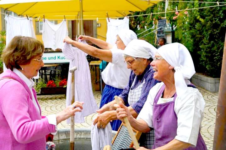Frauen bearbeiten die Wäsche mit altem Gerät. Foto: privat