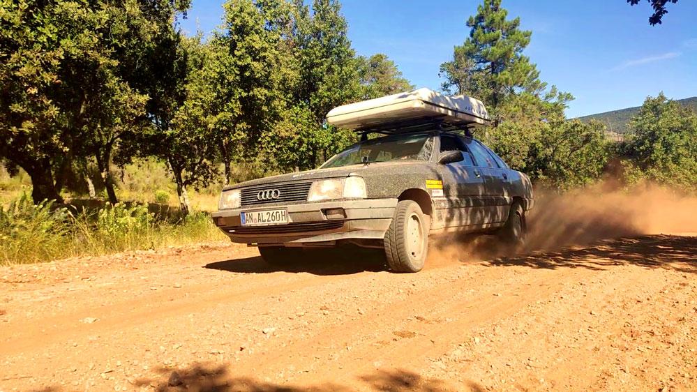 Ein besonderes Vergnügen für Rallye-Fans sind Sandpisten, die in Frankreich auf sie warten.