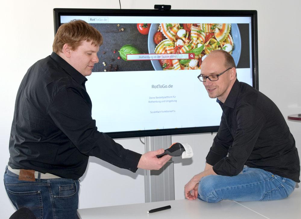 """Martin Herrlein und Michael Kloppe unterstützen mit """"RotToGo"""" die regionale Gastronomie. Foto: am"""