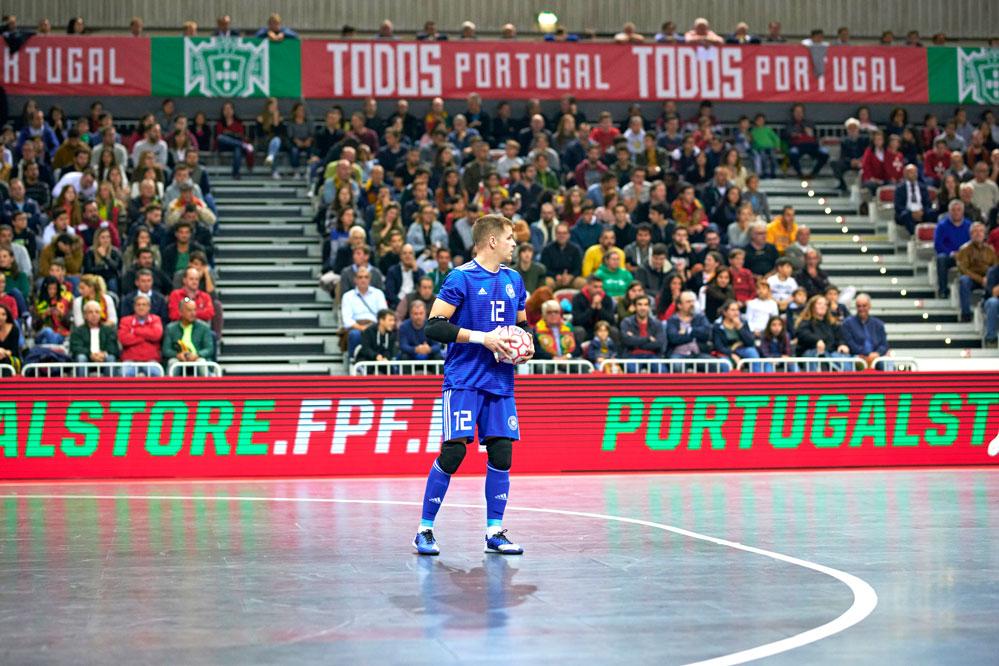 Der Rothenburger Philipp Pless bei der WM-Qualifikation gegen Portugal. Einer seiner Gegner war der Weltklassespieler Luís Pozzi Rodrigues Ricardinho. Foto: Privat
