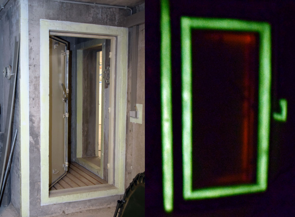 Die Schleuse: Der Eingang des Schutzraums ist wie alle markanten Elemente mit einem Streifen aus fluoreszierender Farbe gekennzeichnet. Und die funktioniert auch nach 30 Jahren noch: Im Fall eines Stromausfalls können sich die Menschen daran orientieren.
