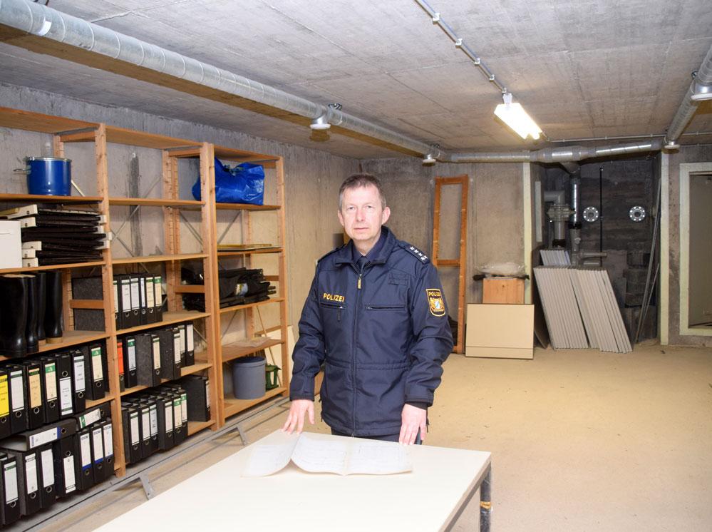 Dienststellenleiter Stefan Schuster im Schutzraum. Zu allen Seiten sichern knapp einen halben Meter dicke Betonwände den Raum gegen die Außenwelt ab. Fotos: am