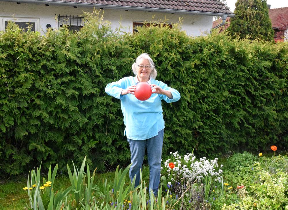 Kaum hält Marianne Christ einen Gymnastikball in der Hand, wird sie sportlich aktiv. Foto: ul
