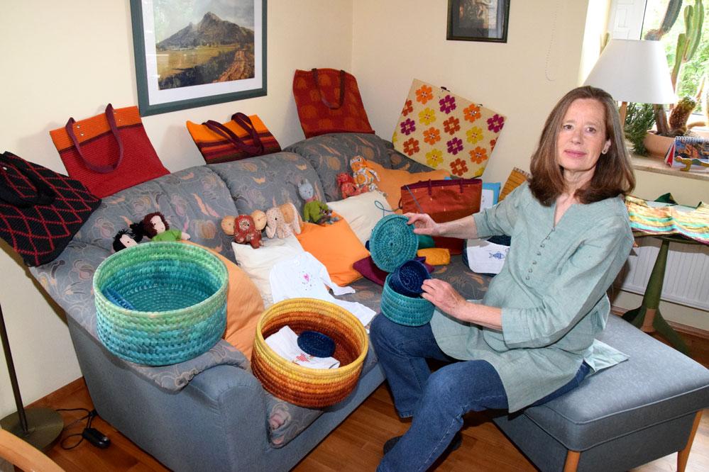 Barbara Mohl sortiert Bestellungen für den Weltladen in ihrem Wohnzimmer. Foto: ul