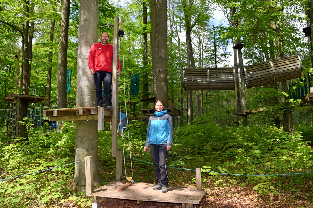 Dirk Pieper und Andrea Sichert im Rothenburger Kletterwald mit 14 spannenden Parcours. Foto: am