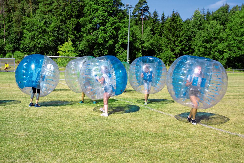 Wenn die Coronaauflagen es zulassen, können Gruppen ab zehn Personen auch Bubble Soccer spielen. Foto: Privat