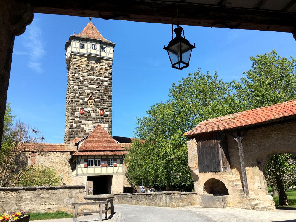 Das Rödertor ist die erste Station auf dem Turmweg. Die Infotafel befindet sich neben dem Fußweg, der auf der rechten Seite der Toranlage in die Stadt führt. Foto: am