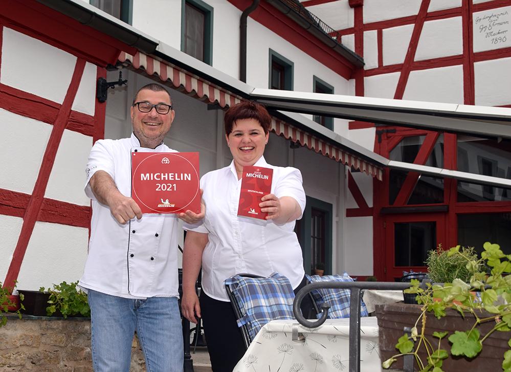 """Lars Zwick und Melanie Beck vom """"Falken"""" in Tauberzell sind zu recht stolz auf die wiederholte Auszeichnung im Bib-Gourmand-Führer. Foto: am"""