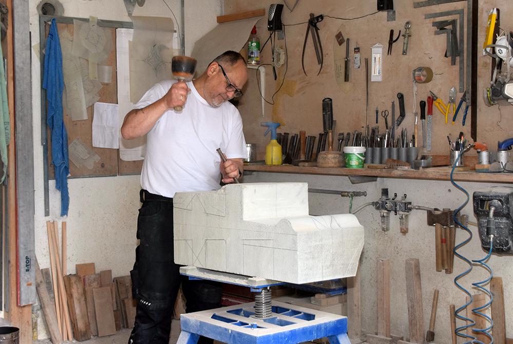 Sein Traumjob: Thomas Ehrlinger verleiht einem Stein Form und Lebendigkeit.  Foto: am