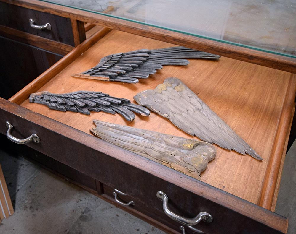 Im Vitrinenschrank lagern hölzerne Engelsflügel. Die Vermutung liegt nahe, dass diese als Zierwerk an der Vorgängerorgel von St.-Jakob angebracht waren.