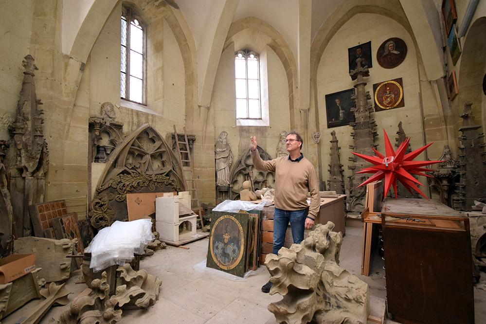 Pfarrer Dr. Oliver Gußmann erklärt einige der Kunstwerke in der Heiltumskammer. Fotos: am