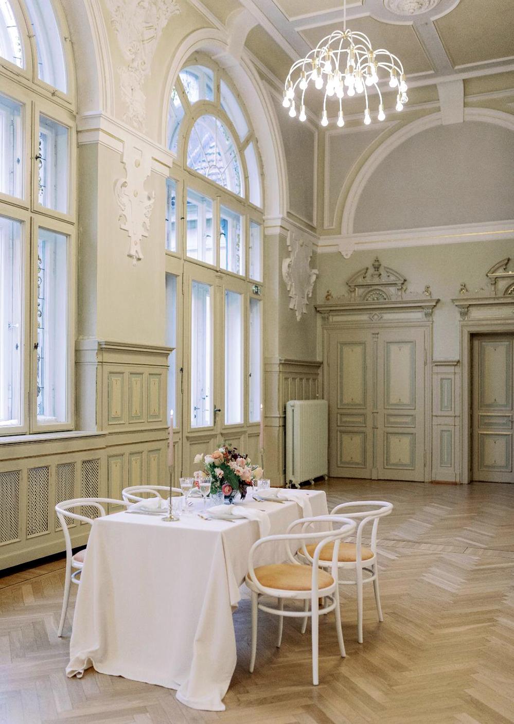 Ein stilvoll gedeckter Tisch – fotografiert im Rothenburger Wildbad. Foto: Jakuschinski