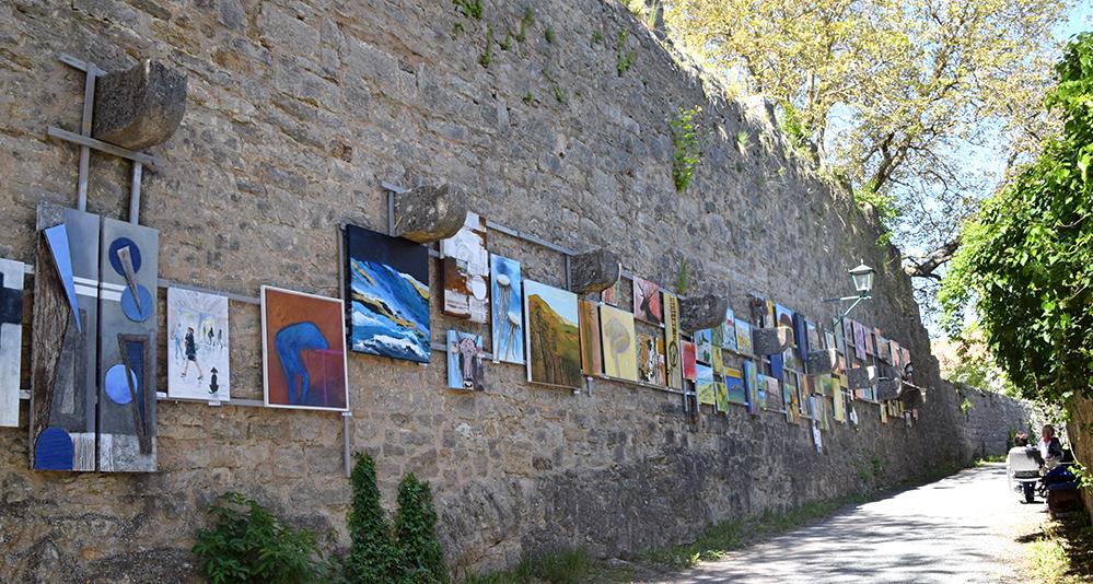 Gut 80 Kunstwerke und Skulpturen sind voraussichtlich über die Sommermonate an der Stadtmauer ausgestellt und können gekauft werden. Foto: am