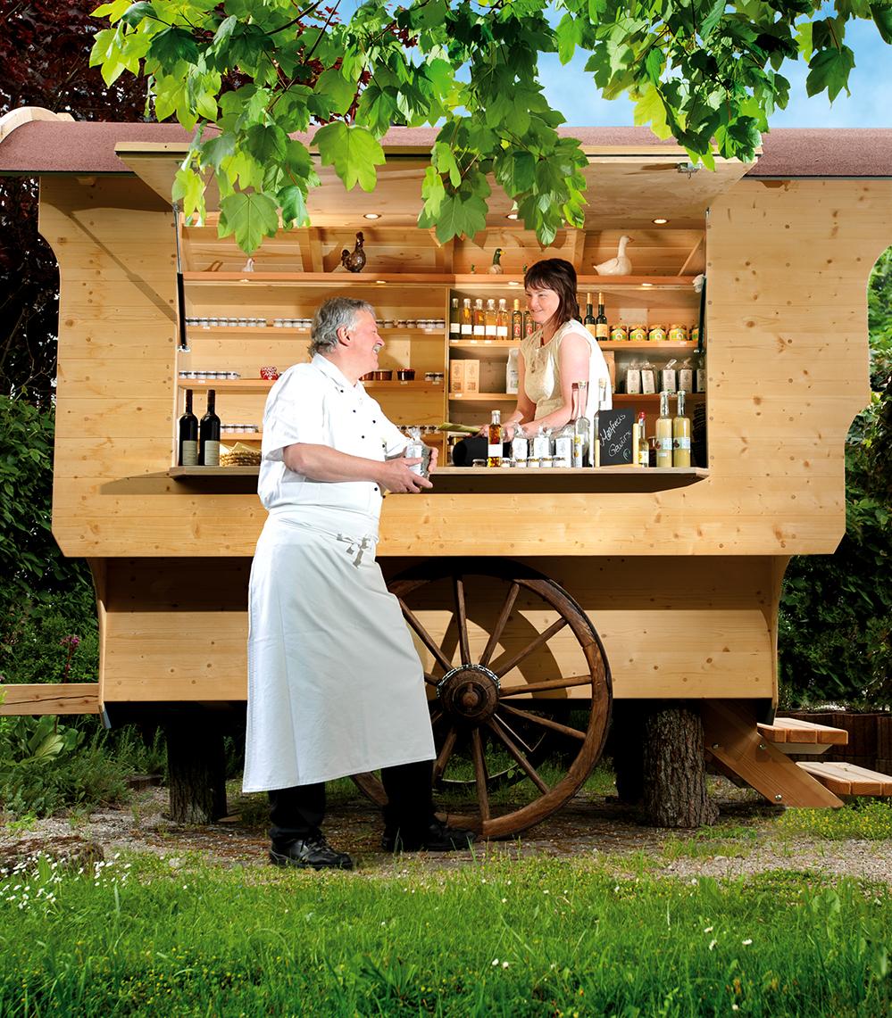 Die Leberts haben einen Schäferwagen, in dem sie ihre eigenen Produkte präsentieren. Foto: Privat