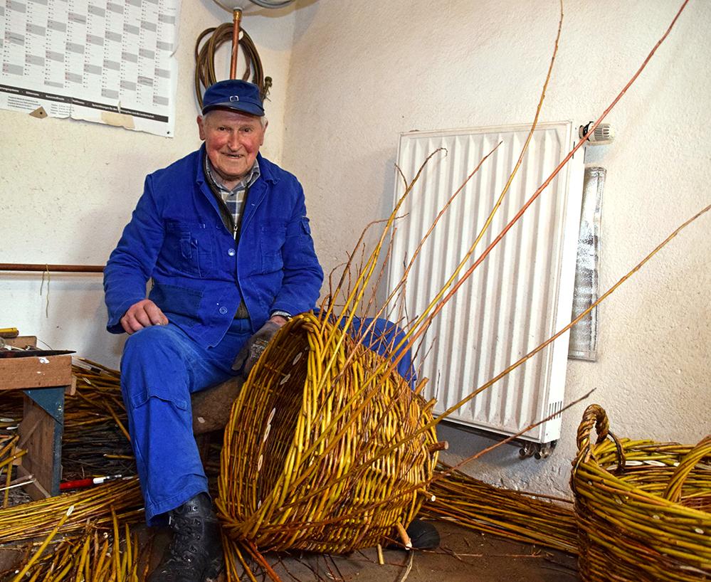 Fritz Wildermann fertigt in den Wintermonaten jeden Tag seine Weidenkörbe. Foto: am