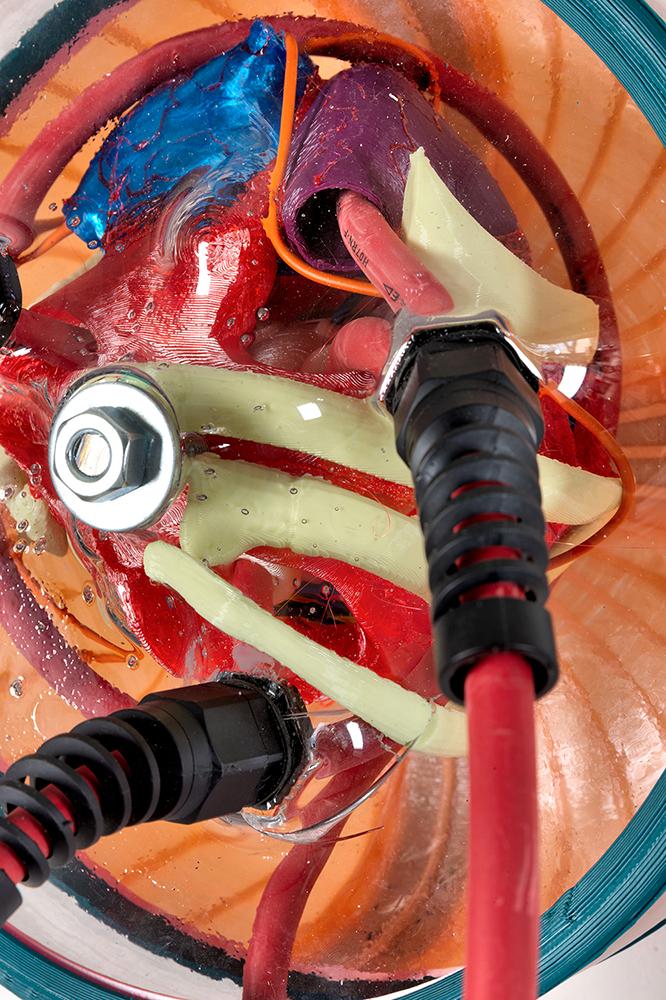 """""""Heartcore"""" (2021), Multiplug (Mehrfachsteckdose) aus 3-D-gedruckten Elementen, elektronischen Komponenten und Acrylglas. Foto: Zuber"""