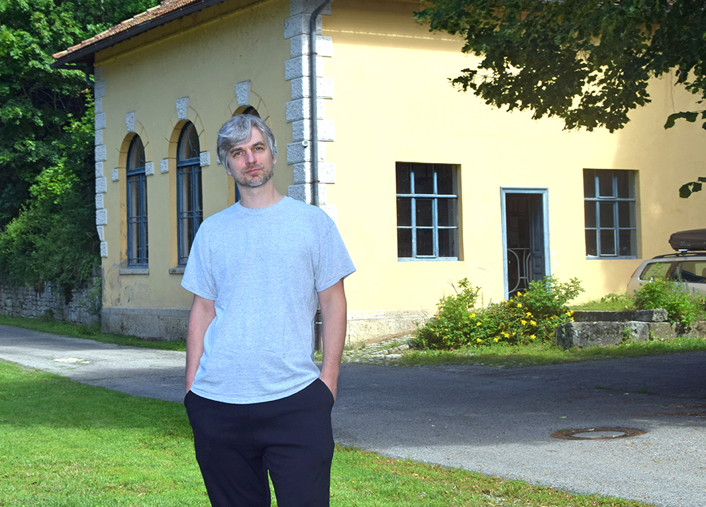 Benjamin Zuber vor seinem Atelier auf Zeit im Rothenburger Wildbad. Foto: am
