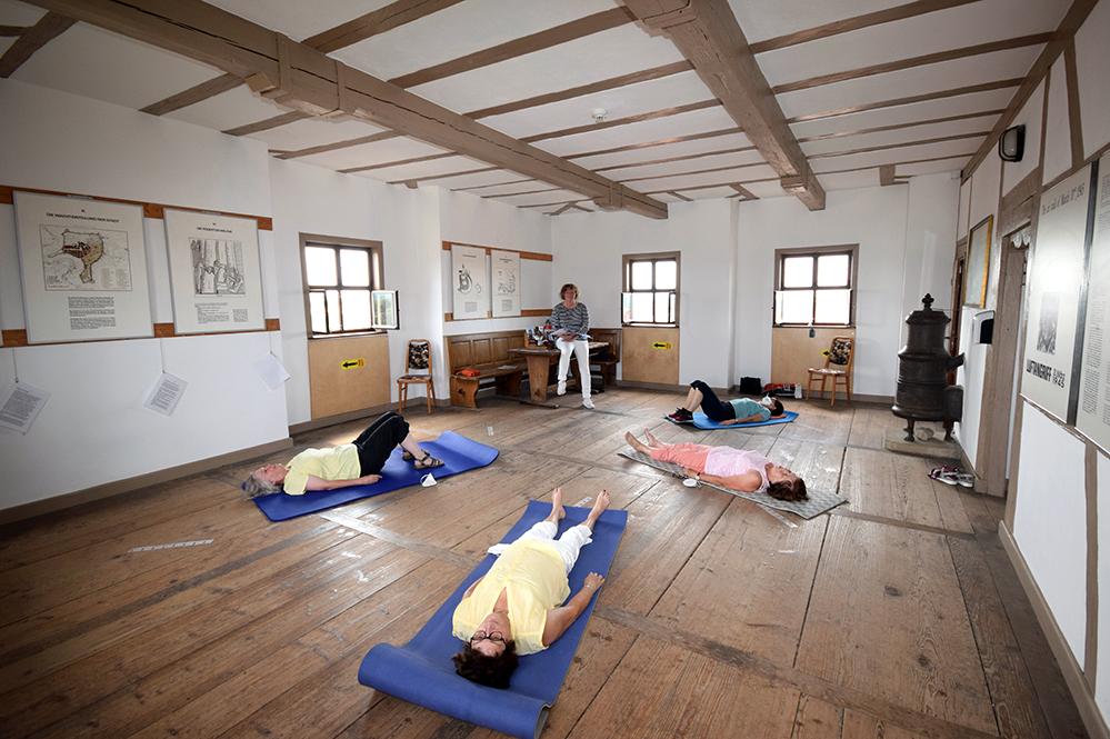 Im Turmzimmer weht ein laues Lüftchen, während Türmerin Claudia Geißler-Kraft (Mitte) mit meditativen Texten die Gedanken zur Ruhe bringt. Foto: am