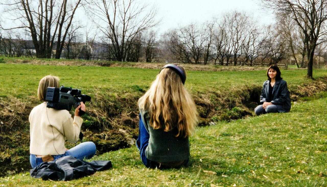 Nicole Leca erzählt den Filmschülerinnen, damals Andrea Thürauf und Stefanie Höhn an der Brettach, wie die Brettheimer in der Bachmulde Schutz vor den Kampfhandlungen suchten. Foto: privat