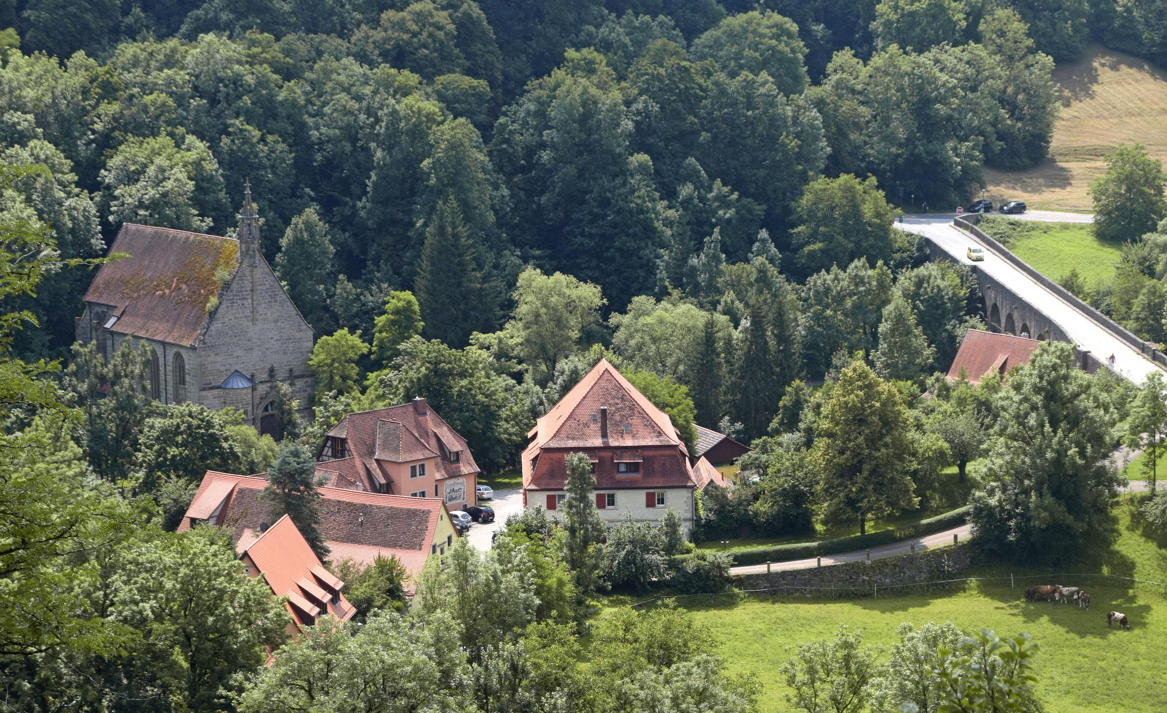 """Der 2000km lange """"Fränkische Marienweg"""" führt direkt an der Kobolzeller Kirche vorbei. Foto: am"""