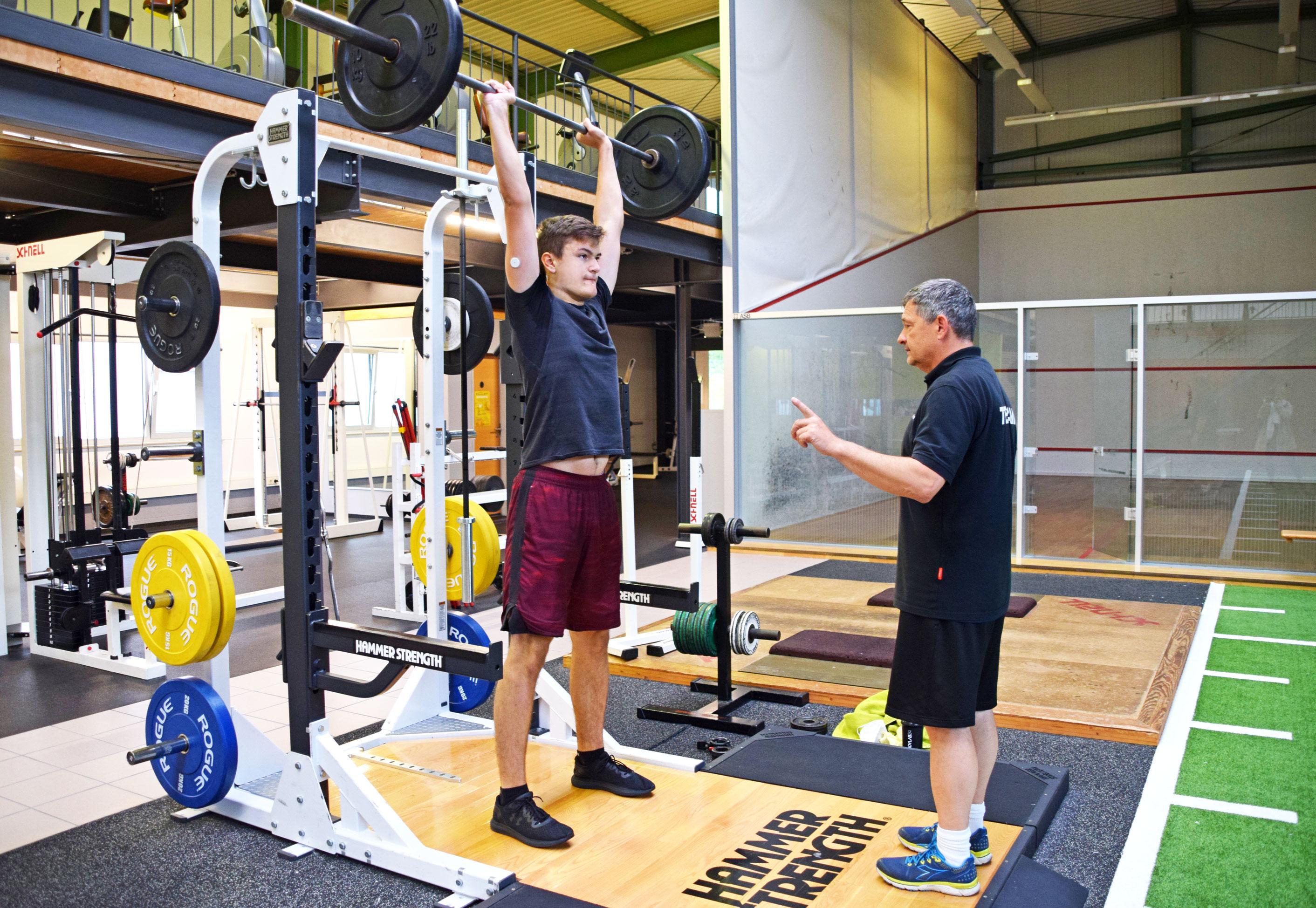 Yannik Wiehl aus Gebsattel, das neue Football Nachwuchstalent beim Training mit Martin Hanselmann. Foto: ul