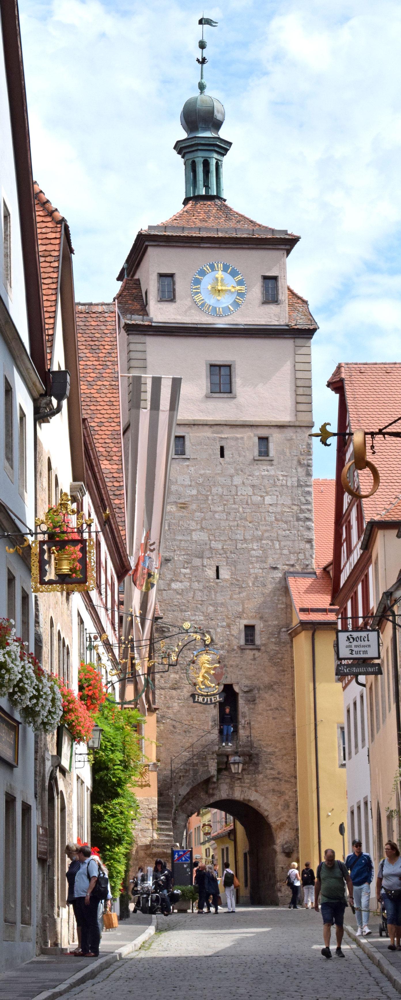 Touristen am weißen Turm. Foto: am