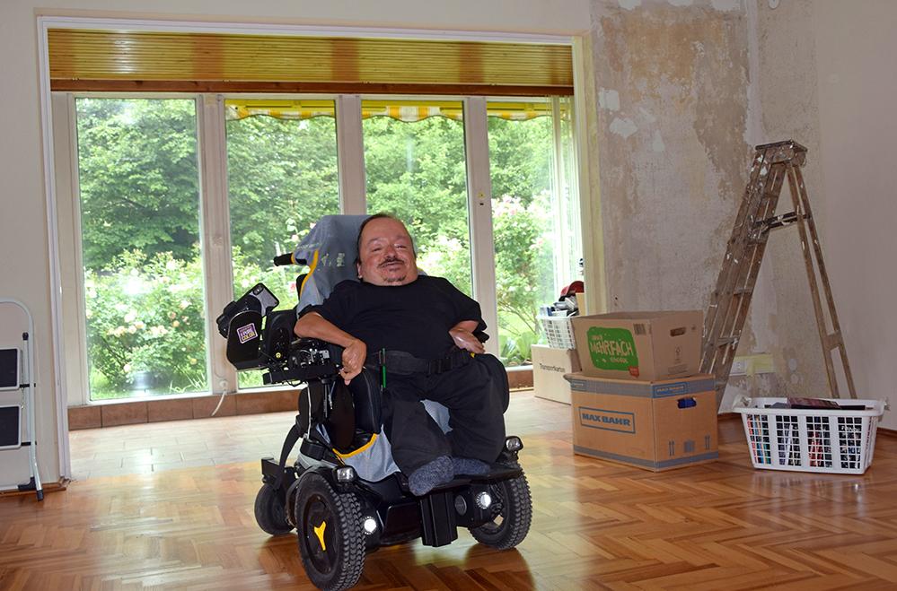 Oliver Körber in seinem neuen Zuhause: Die ersten Kartons sind schon eingezogen, Renovierungsarbeiten stehen noch an. Hier will er mit 42 Jahren ein eigenständiges Leben wagen. Foto: am