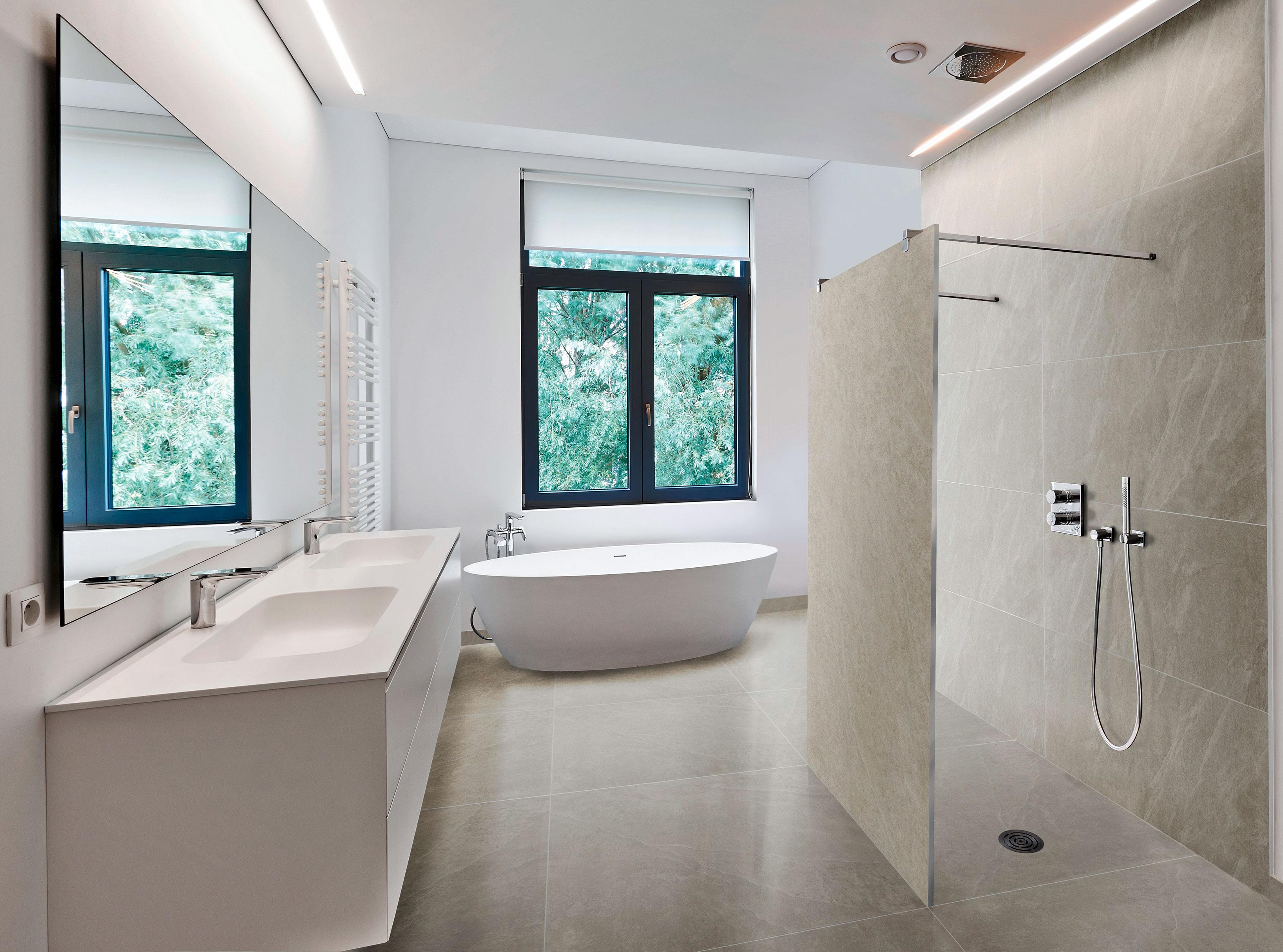 Thomas Geißler findet die neue Kerbon Duschwand klasse. Er kann sie in verschiedenen Farben und passend zum Wandbelag einbauen. Foto: Steuler-Fliesen