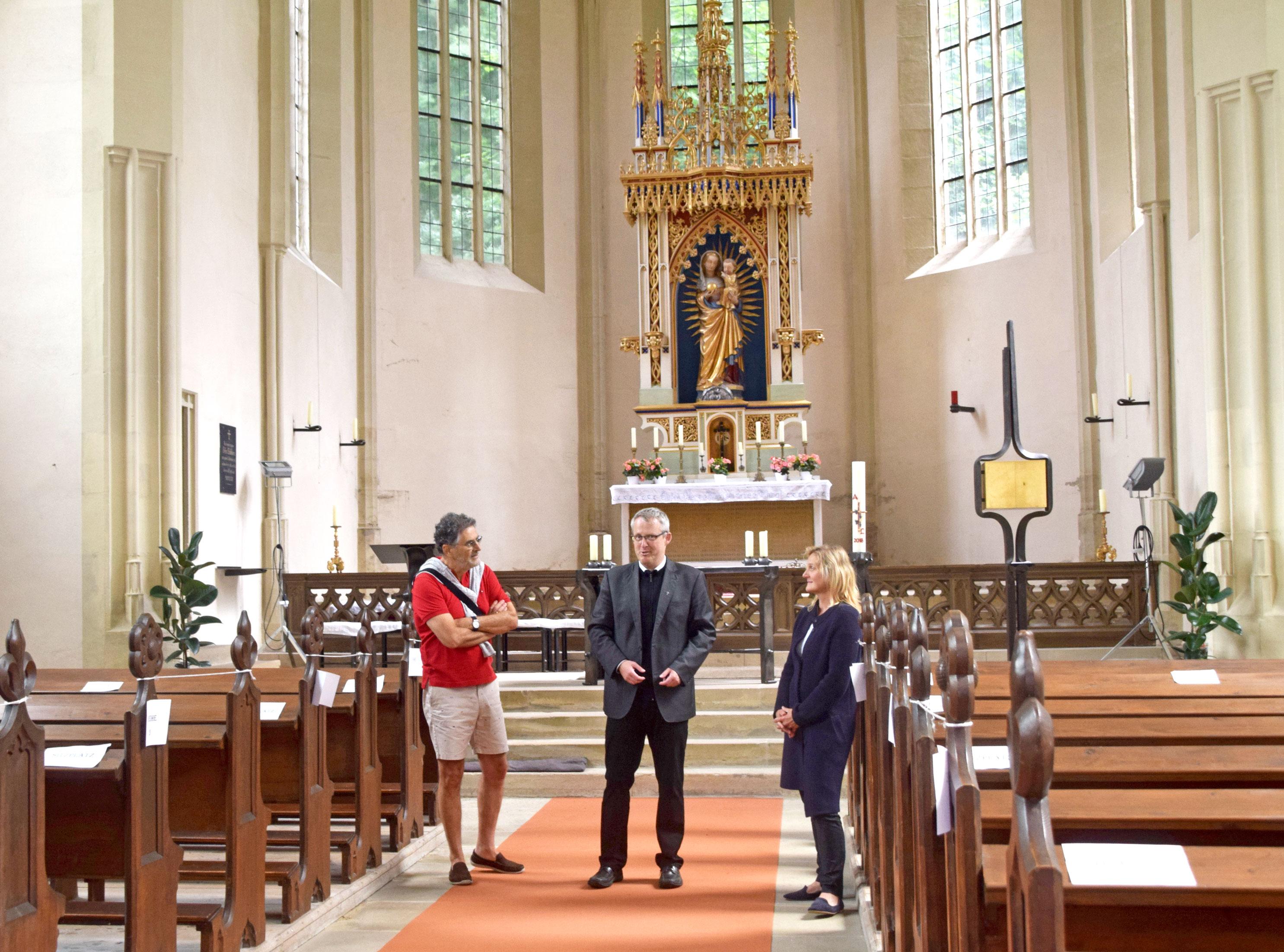 """Pfarrer Harald Sassik (Mitte) und Silvia Stark, eine von acht ehrenamtlichen Helfern, begrüßen am Sonntagnachmittag die Besucher in der Kirche """"Unsere liebe Frau von Kobolzell"""". Foto: am"""