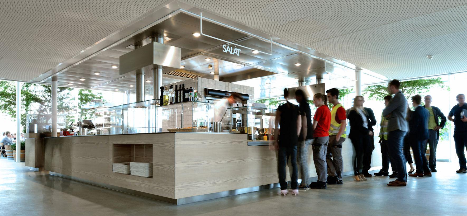 Die für täglich 750 Essensteilnehmer konzeptionierte Thekenanlage in der Zentrale von PERI in Weißenhorn stammt aus Röttingen. Foto: Schmitt