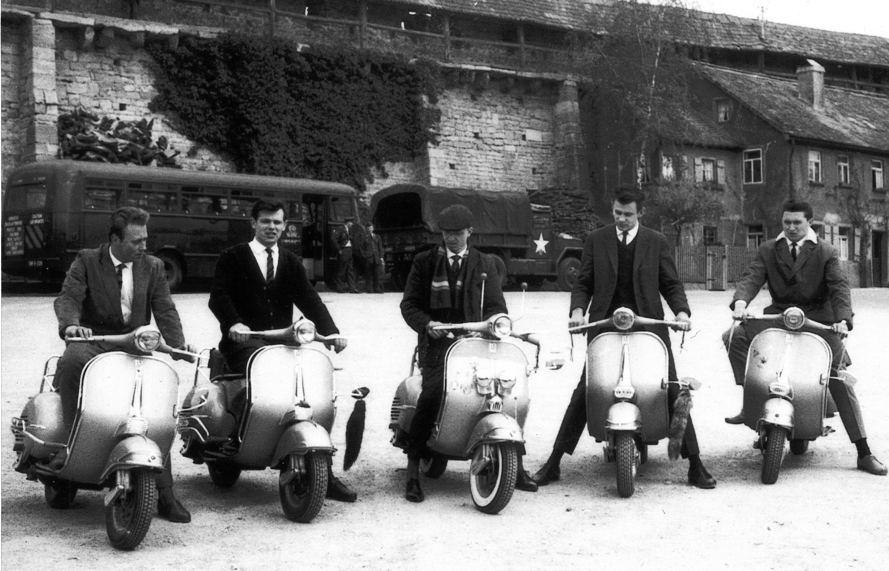 Fünf Gründungsmitglieder des Vespa-Clubs in Rothenburg an der Stadtmauer. (v.li.n.re): Richard Neugebauer, Albert Dehner, Horst Rosemann, Jürgen Zidan und Hermann Pfeiffer. Foto: privat