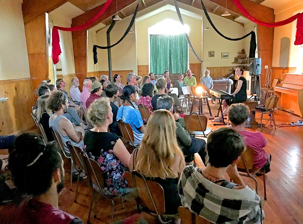 """Die Songs von """"Carmen Underwater"""" gehen um die Welt: Die Musikerin bei einem Konzert in Neuseeland. Foto: Privat"""