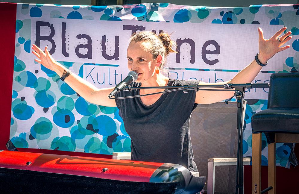 "Carmen Hofacker alias ""Carmen Underwater"" beim Konzert in Blaubeuren. Foto: Michael C. Thumm"