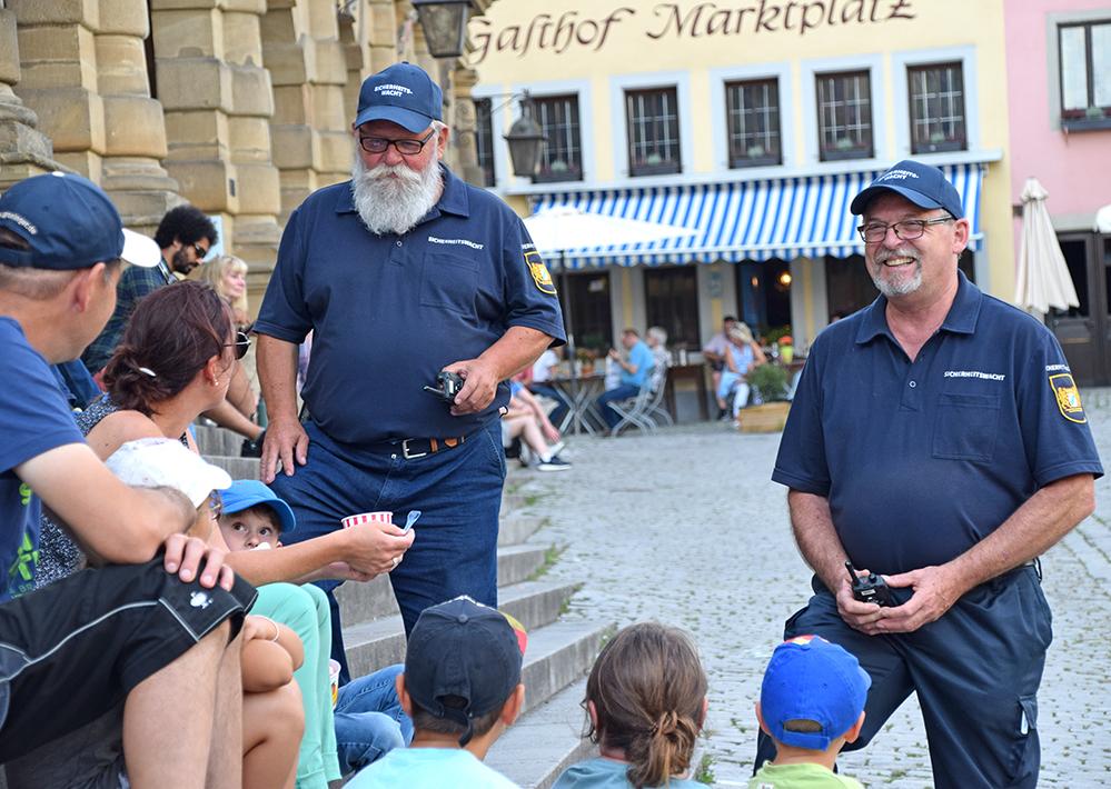 Sie sind immer zu zweit auf Streife. Die Sicherheitswacht hat ein Auge auf Rothenburg und informieren Besucher über die Geschichte der Tauberstadt. Foto: ul