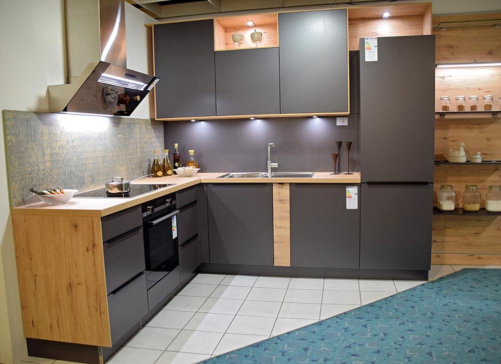Mit elf Ausstellungsküchen zeigt das Möbelhaus die vielfältigen Variationen bei der Küchenplanung. Foto: am