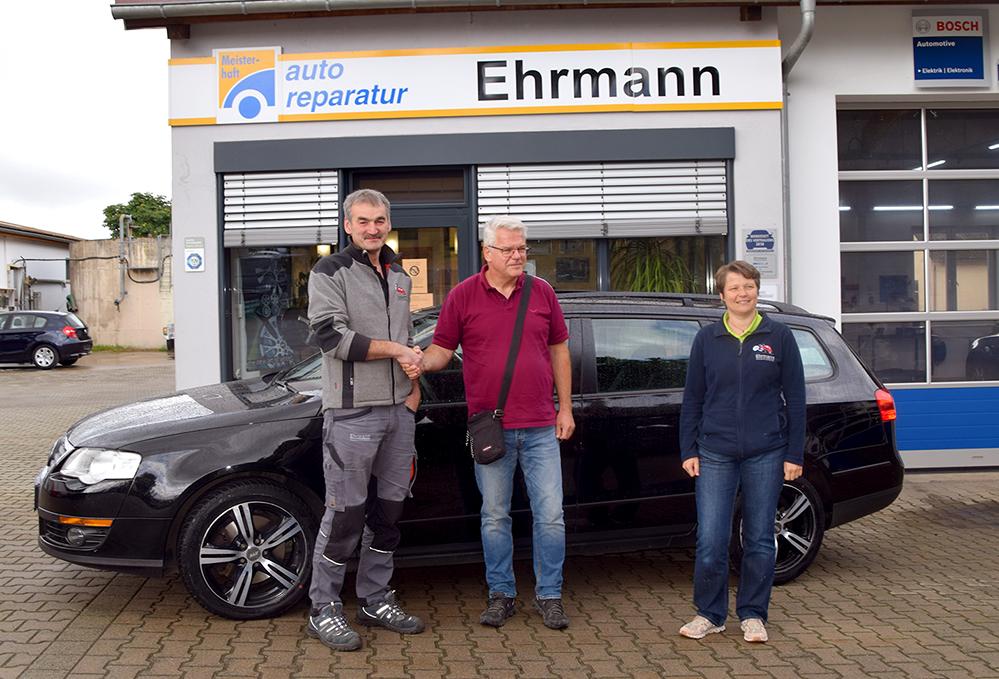 Hartmut Ehrmann (links) und seine Frau Claudia haben das erste Auto an Hugo Heinzen aus Ahrweiler übergeben. Foto: am