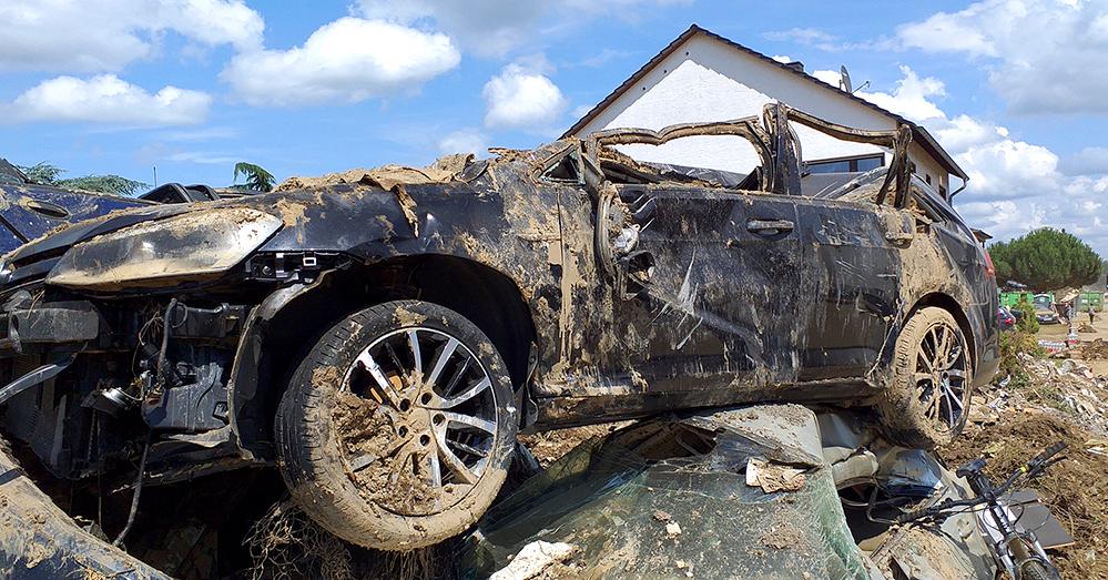 Das ist bzw. war das Auto von Hugo Heinzen. Er hatte es noch umgeparkt, aber niemand hätte damit gerechnet, dass das Wasser soweit in den Ort hineinreicht. Foto: Heinzen
